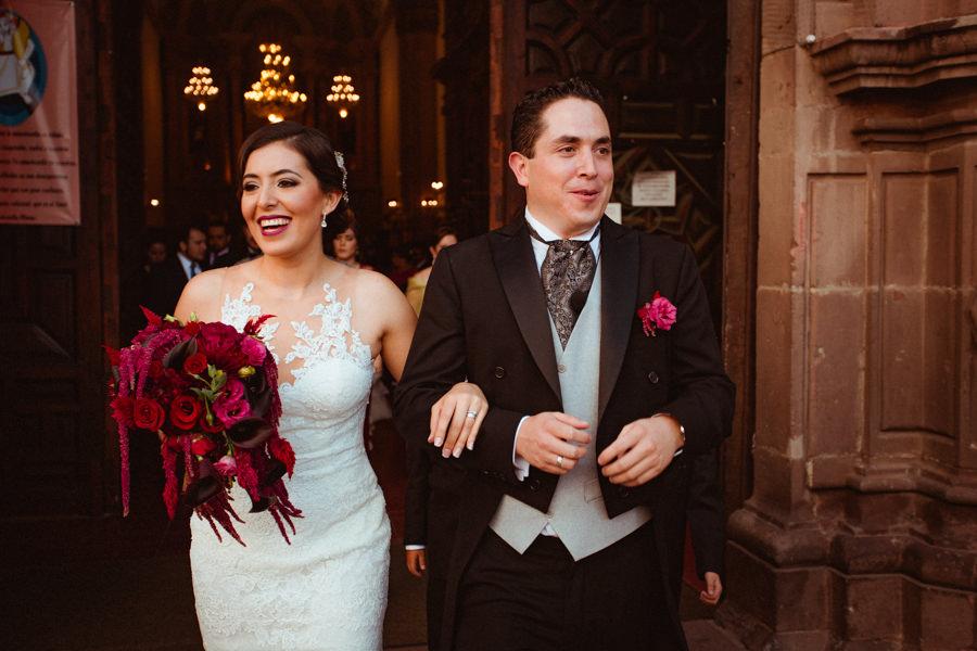 boda en queretaro novios afuera de la iglesia