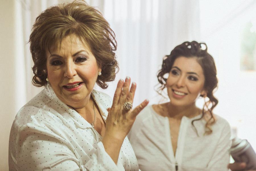 Elsa y su mamá platicando antes de la boda