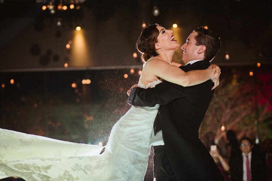 bride and groom first dance at a queretaro wedding