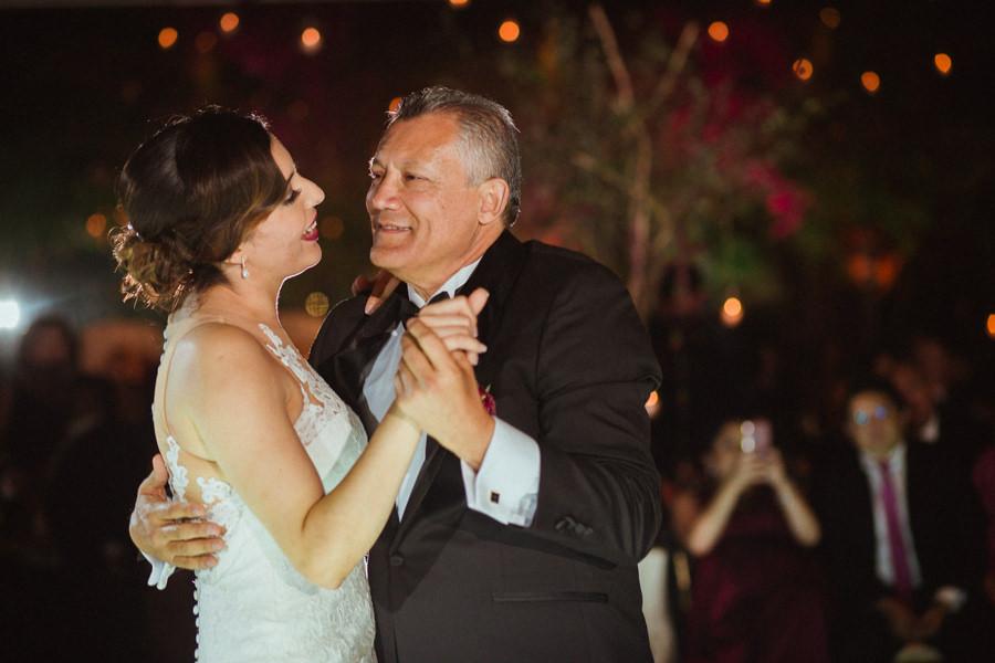 foto de la novia bailando con su papa