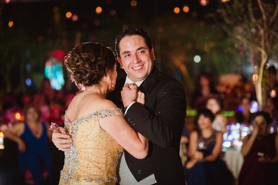 foto del novio bailando con su mama